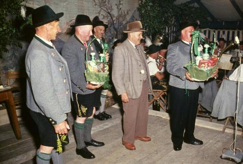 Die Gründungsmitglieder Gebhard Franz und Toist Wastl erhielten einen Geschenkkorb